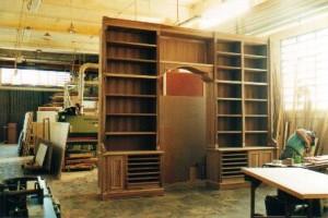 libreria noce in lavorazione